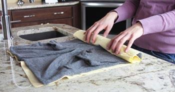 Retirez délicatement l'excédent d'eau des vêtements lavés à la main.