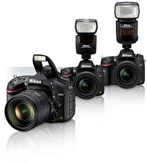 Tres cámaras Nikon D610 con lentes y flashes que muestran la compatibilidad de flash.
