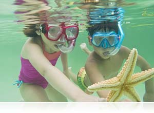 Nikon 1 with WP-N1 photo of kids under the water with a starfish