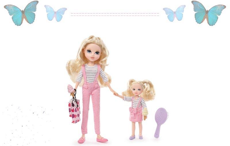 两姐妹穿上姐妹服带上可爱的包包一起去逛街啦!